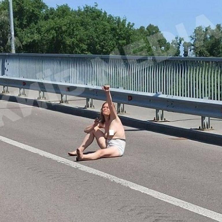 Сиділа посеред дороги та віталась із водіями: у Києві помітили оголену дівчину (фото)