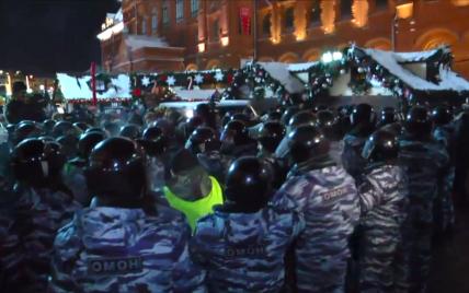 """Затриманим на Манежній площі """"катають пальчики"""" і погрожують лишити у відділках до ранку"""