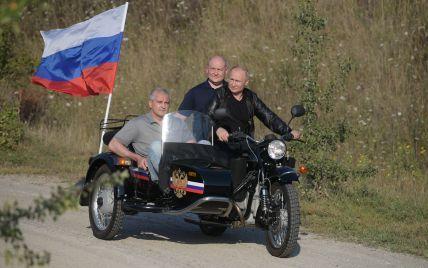 МИД Украины выразило протест из-за того, что Путин поехал в Крым и катался там на трехколесном мотоцикле