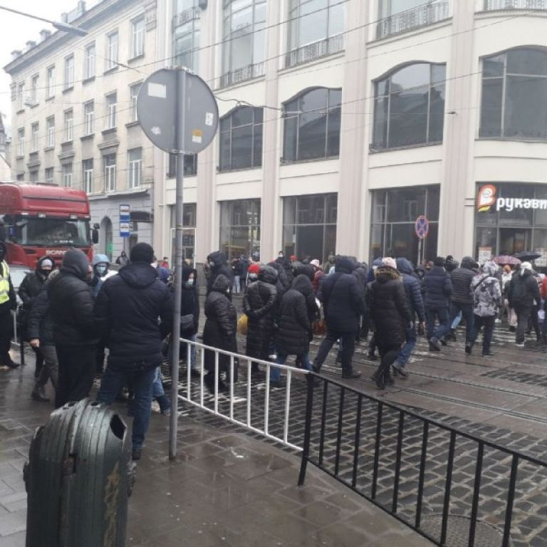 У центрі Львова підприємці через локдаун заблокували рух транспорту: подробиці та фото