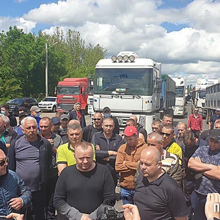 У Миколаївській області вантажівки перекрили трасу державного значення: подробиці