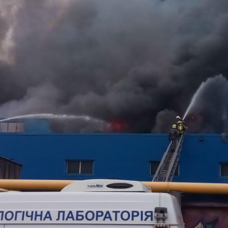 Масштабну пожежу на лівому березі гасить третина техніки ДСНС Києва