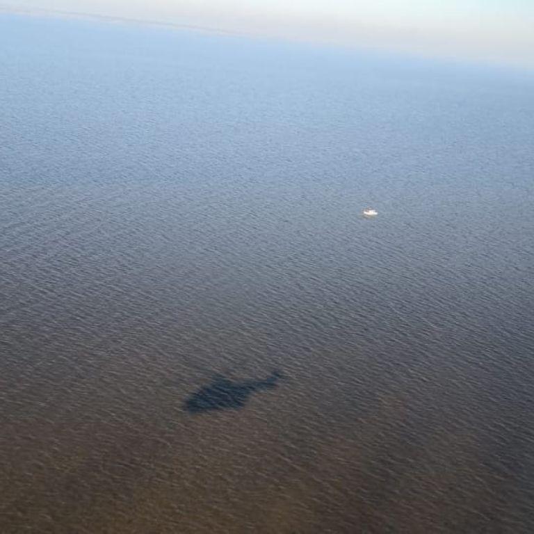 У Київському морі понад добу шукають батька із донькою, яких вітер відніс на надувному матраці