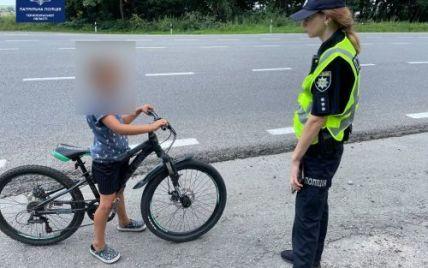 """""""Чтобы бабушке не было грустно"""": на трассе """"Тернополь-Львов"""" остановили ребенка, который один ехал на велосипеде"""