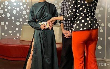 В платье с разрезом до бедра: Полина Логунова в роскошном луке появилась на премьере украинского фильма