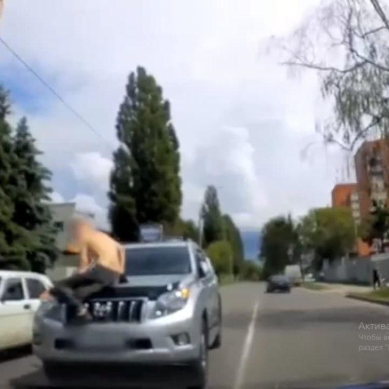 Прыгал на капоты и бросался под колеса: в Сумах мужчина устроил перформанс на дороге (видео)