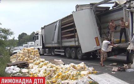Сладкое ДТП: под Киевом разбилась фура с газировкой