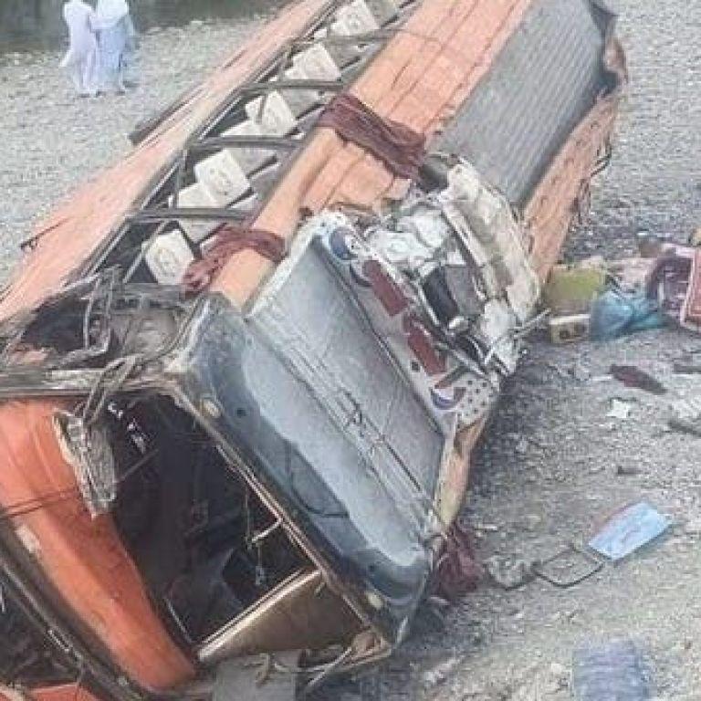 В Пакистане перевернулся автобус: десятки погибших и пострадавших