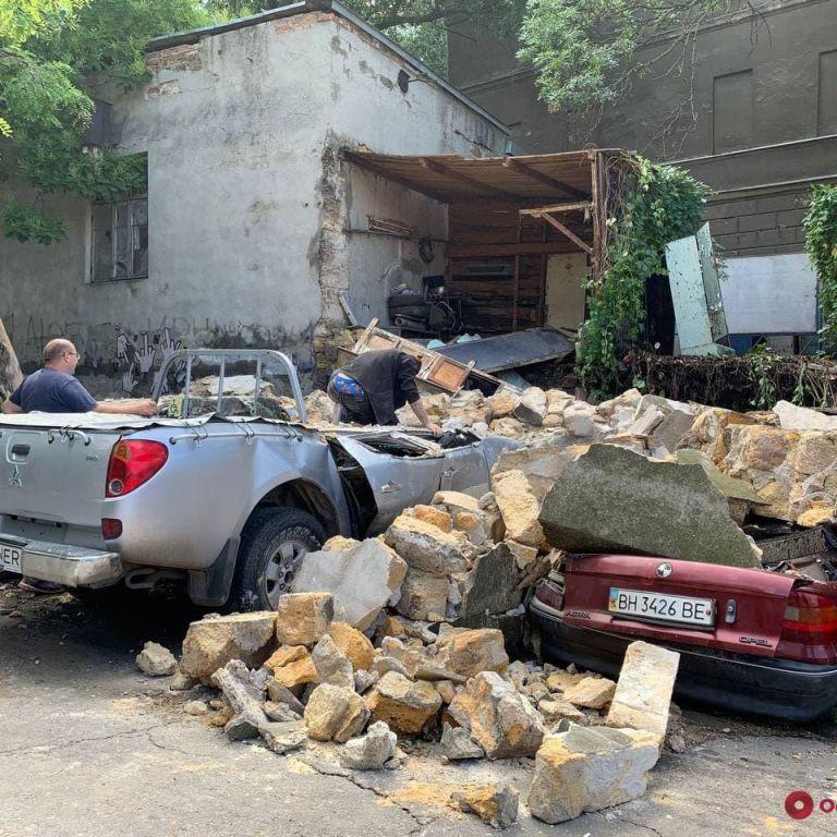 В Одессе стена здания обвалилась и разбила четыре машины (видео)