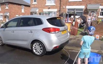 Семирічний британець вимив десятки машин, щоб купити квіти на могилу бабусі