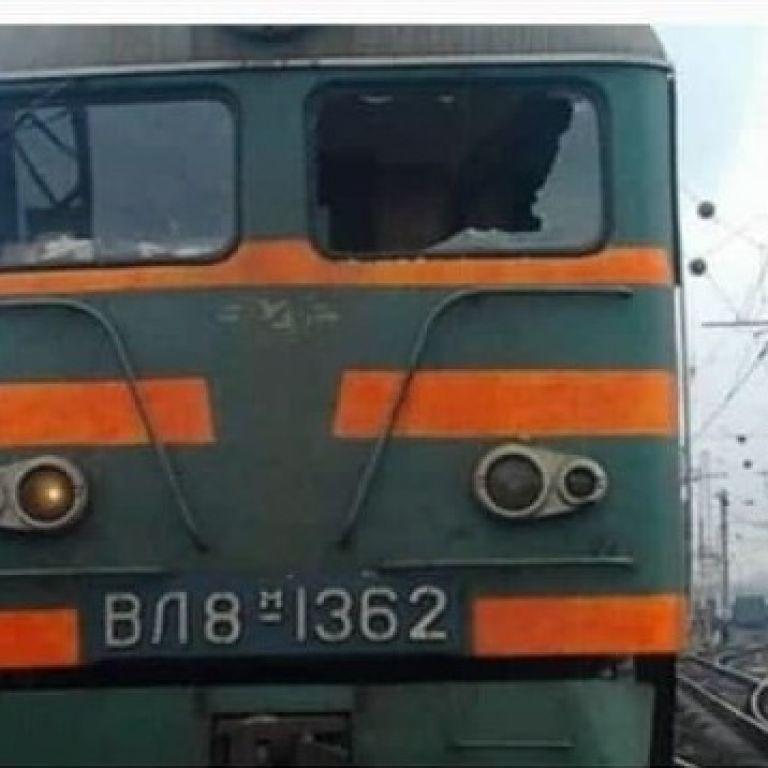 В Запорожье неизвестные бросили камень в кабину электровоза: серьезно пострадал машинист