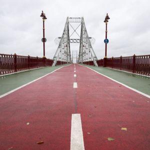 В Киеве полураздетый мужчина бросился с моста в Днепр