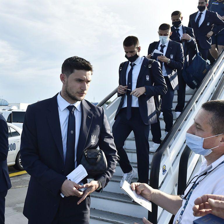 Гостеприимный прием в Бухаресте: сборная Украины в стильных костюмах прибыла на Евро-2020