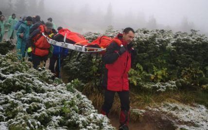 Пошкодила ногу під час спуску: з засніженої Говерли екстрено зняли туристку (фото)