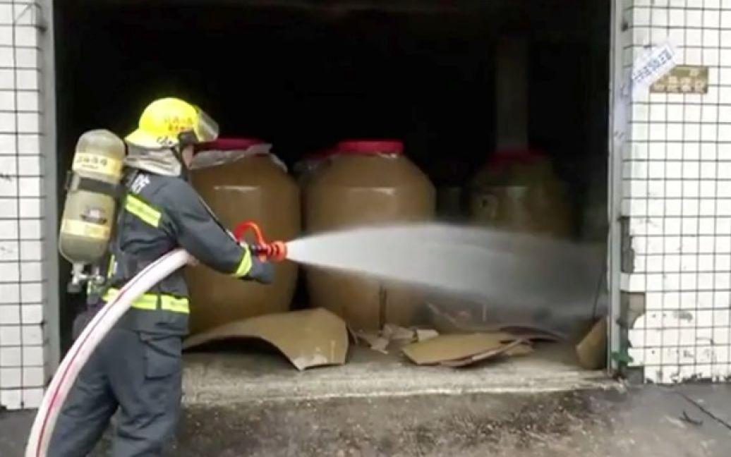 Во время землетрясения в Китае произошла утечка 150 тонн алкоголя. Фото: twitter.com/AndyVermaut / ©