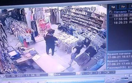 Бив по голові та зламав ніс: чоловік, який жорстоко відлупцював свою колишню у магазині Запоріжжя, отримав обмежувальний припис