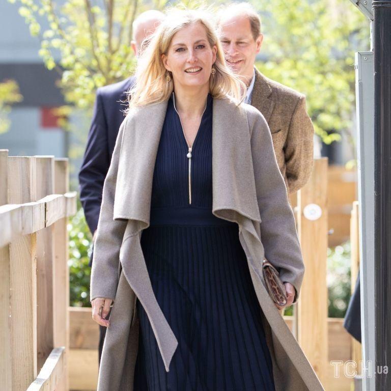 У скромній сукні та пальті: графиня Вессекська з принцом Едвардом приїхали до лікарні