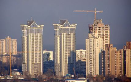 Спроба суїциду: у Києві жінка зависла на висоті 25 поверху, зачепившись за поручні балкона