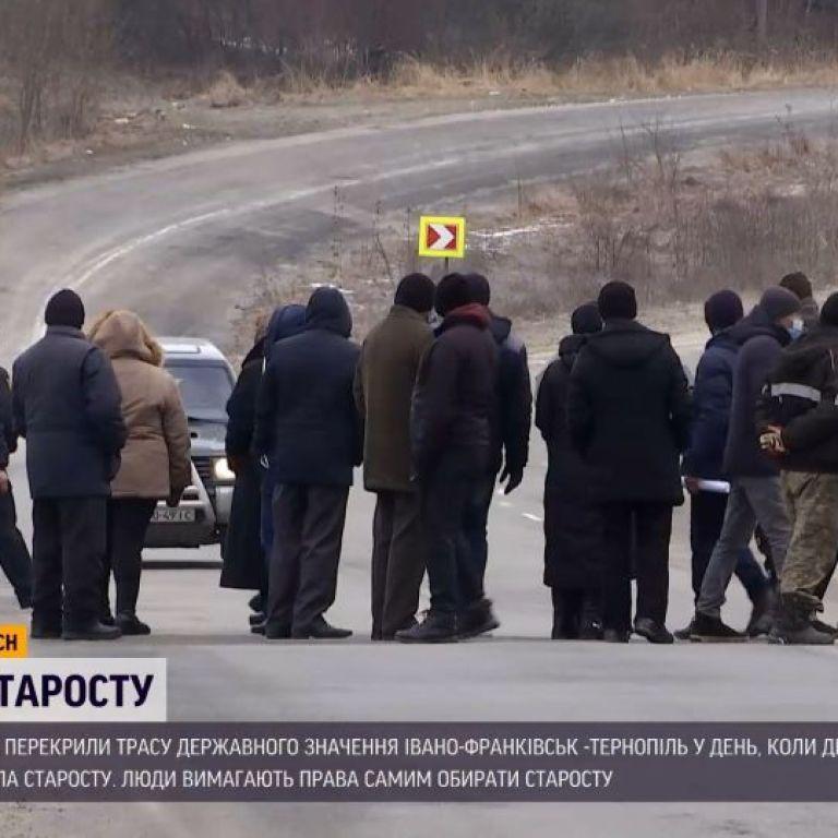 Дорожный протест: в Тернопольской области люди перекрыли трассу из-за старосты