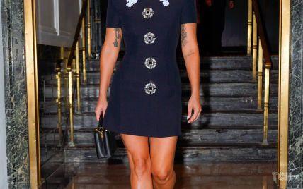 В слингбэках и мини-платье: Леди Гага продемонстрировала женственный образ