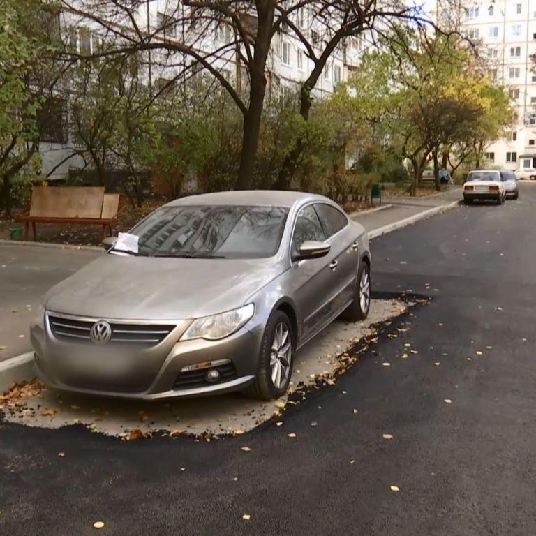 В Харькове коммунальщики аккуратно заасфальтировали дорогу вокруг припаркованной легковушки