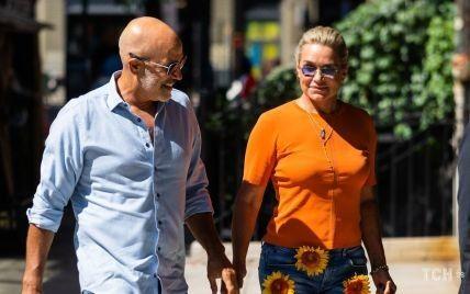 В джинсах с цветами: Иоланда Хадид и ее бойфренд появились в одинаковых странных луках