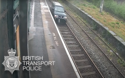 В Великобритании мужчина прокатился на автомобиле железнодорожными путями