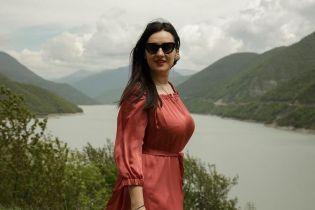 Іменинниця дня: Соломія Вітвіцька у романтичній сукні позувала на тлі гір