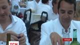 В Париже тысячи французов собрались на традиционный белый ужин