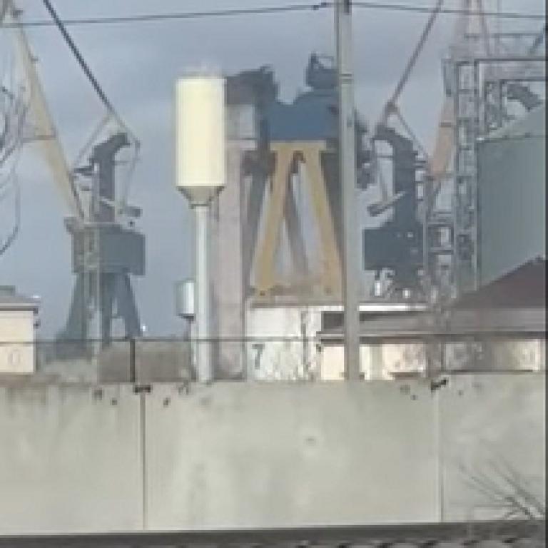 На миколаївському суднобудівному заводі потужний вітер зіштовхнув крани вагою 900 тонн