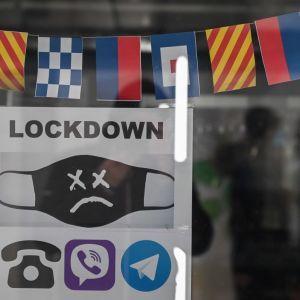 Франція посилює карантин: у країні закривають великі торгові центри