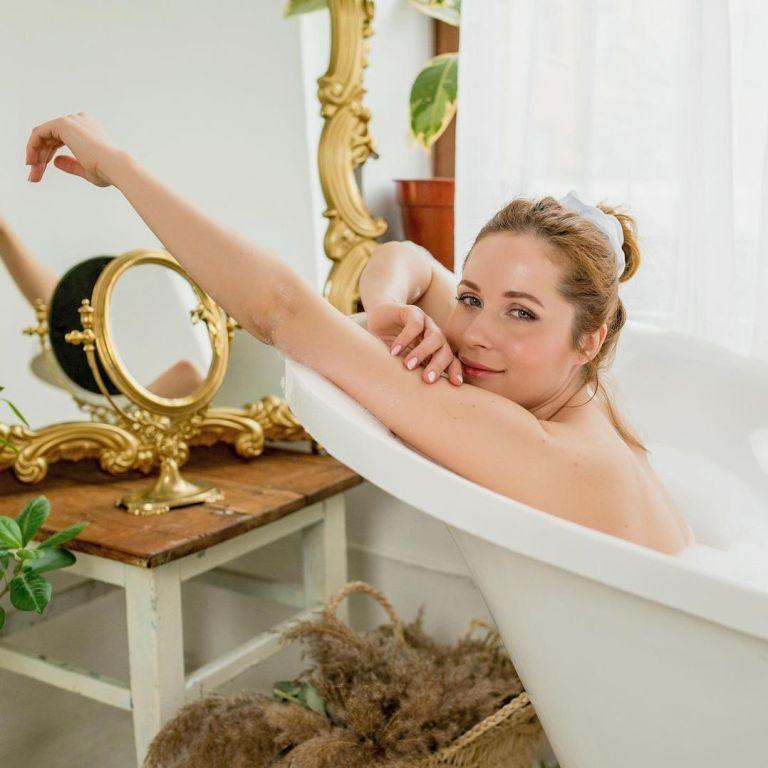 Мокра Наталка Денисенко у самій лише піні звабливо вигнулася у ванні