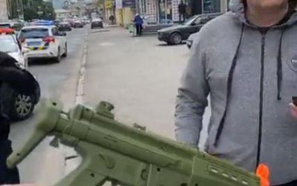 У Харкові декілька екіпажів поліції затримували машину з озброєною іграшковим автоматом дитиною