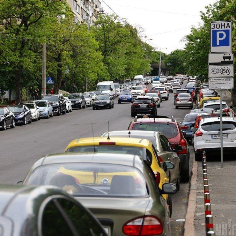 У Києві припаркувати автомобіль стане значно простіше: що відомо