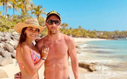"""""""Ох, які фігури"""": дружина Мессі захопила фанатів знімком у купальнику з чоловіком на відпочинку"""