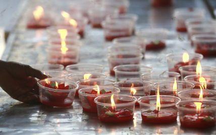 У буддійському храмі в Таїланді монахи запалили свічки на підтримку людей під час пандемії