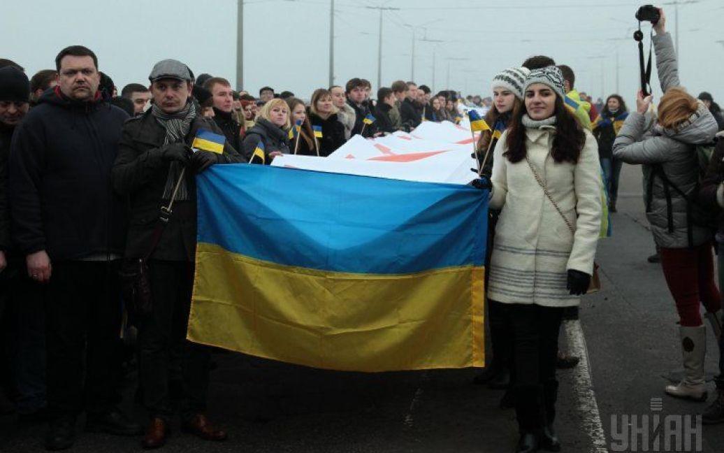 У Дніпропетровську два береги Дніправ з'єднали рушником, який зшили синьо-жовтою стрічкою / © УНІАН