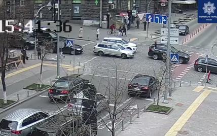 В центре Киева велосипедистка на большой скорости сбила женщину: видео