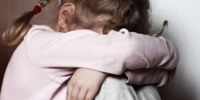 Позвал обработать рану на ее колене: в Киеве 74-летний мужчина совершил развратные действия в отношении 8-летней девочки