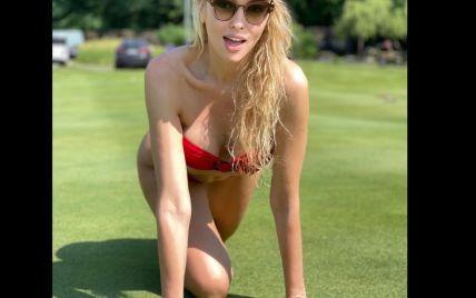 Оля Полякова в мини-бикини эротично позировала на газоне