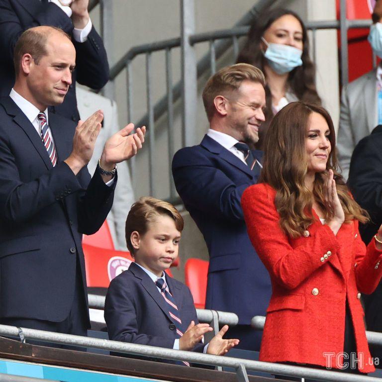 Кейт и Уильям с сыном Джорджем приехали на Уэмбли