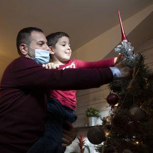 Новый год и Рождество во время пандемии COVID-19: в ЦОЗ дали советы, как безопасно провести праздники