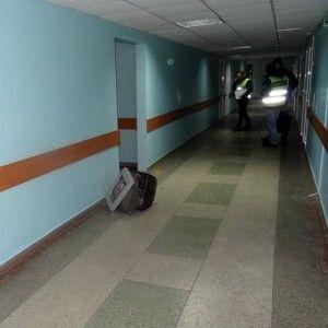 В столичной больнице вор-неудачник пытался вынести из кабинета врача телевизор