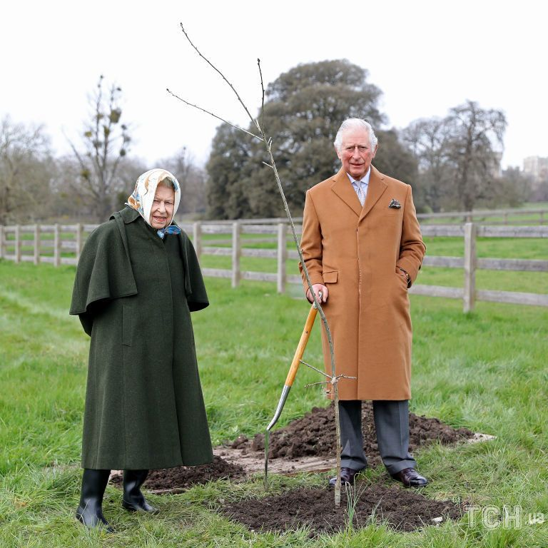В пальто и резиновых сапогах: королева Елизавета II с сыном Чарльзом были запечатлены в Виндзоре