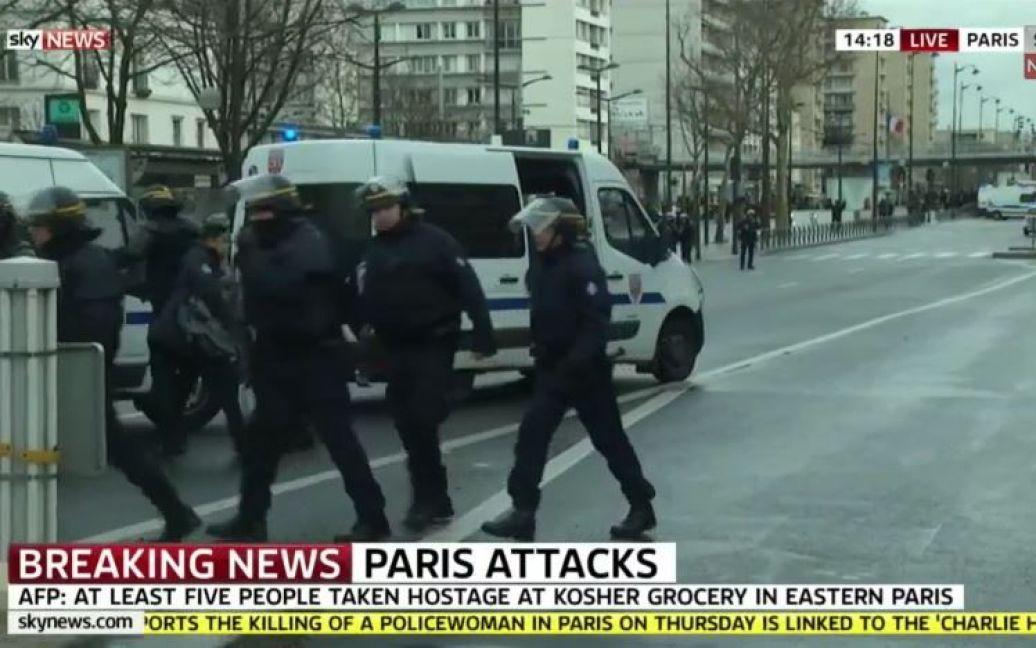 Озброєний чоловік міг захопити до п'яти заручників у паризькому магазині / © Sky News