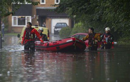 Атака стихії: в Лондоні через потужну зливу авто і люди опинилися у водній пастці