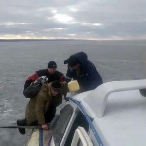 Дрейфували Каховським водосховищем: під Запоріжжям з криги зняли трьох рибалок