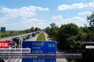 """Новости Украины: движение по трассе """"Киев-Чоп"""" до сих пор остается осложненным"""