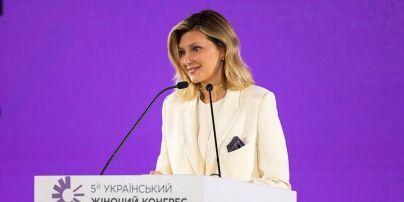 У білому костюмі з елегантним акцентом: Олена Зеленська на Українському жіночому конгресі