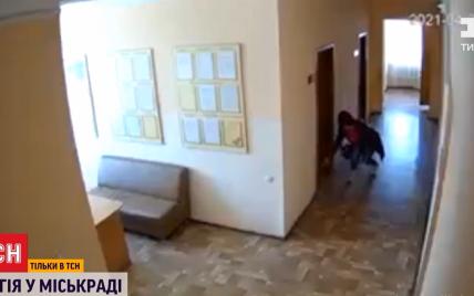 """""""Черная магия"""" в мэрии: в Ромнах женщина подсыпала """"мертвую"""" землю под двери кабинетов своих коллег"""